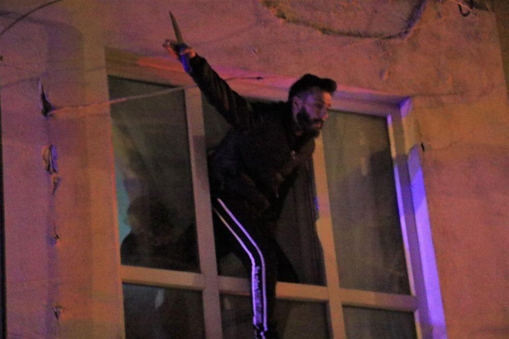 Çocuğunu görmeyen baba, bıçakla cama çıkıp kendini polise ihbar etti! video izle - Sayfa 3