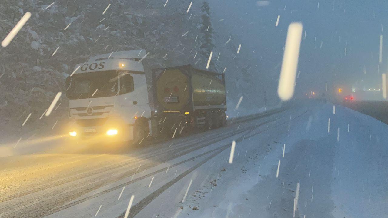 Bolu Dağı'nda tipi şeklinde yoğun kar yağışı ve sis ulaşımı olumsuz etkiliyor! video izle - Sayfa 1