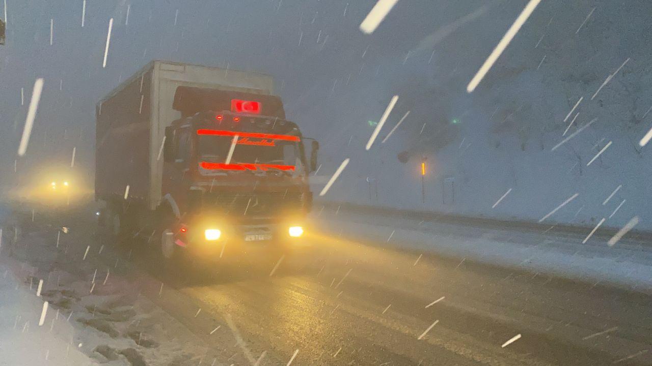 Bolu Dağı'nda tipi şeklinde yoğun kar yağışı ve sis ulaşımı olumsuz etkiliyor! video izle - Sayfa 3