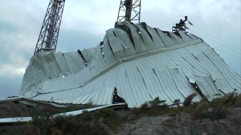 Saatteki hızı 90 kilometreye ulaşan fırtına çatıları uçurdu