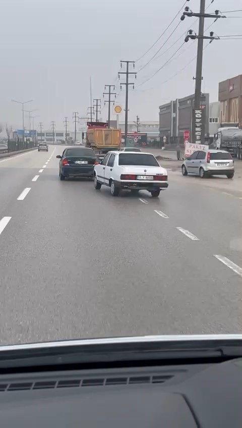 """Trafikte """"yok artık"""" dedirten görüntü! Arızalanan aracı şoförsüz çekti, cezadan kurtulamadı! video - Sayfa 1"""