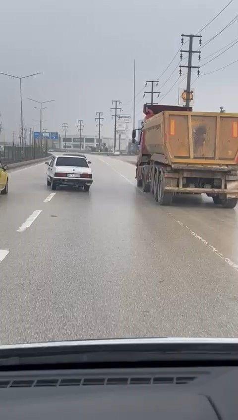 """Trafikte """"yok artık"""" dedirten görüntü! Arızalanan aracı şoförsüz çekti, cezadan kurtulamadı! video - Sayfa 2"""