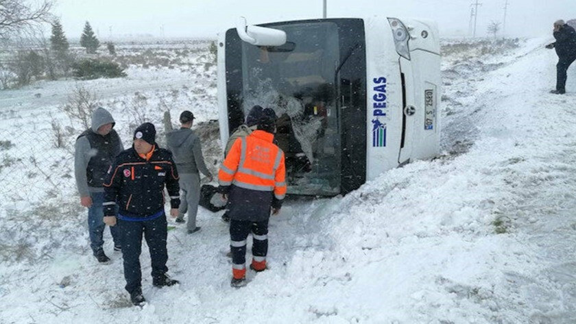 Konya Aksaray karayolunun 2 farklı noktasında,  tur otobüsü devrildi