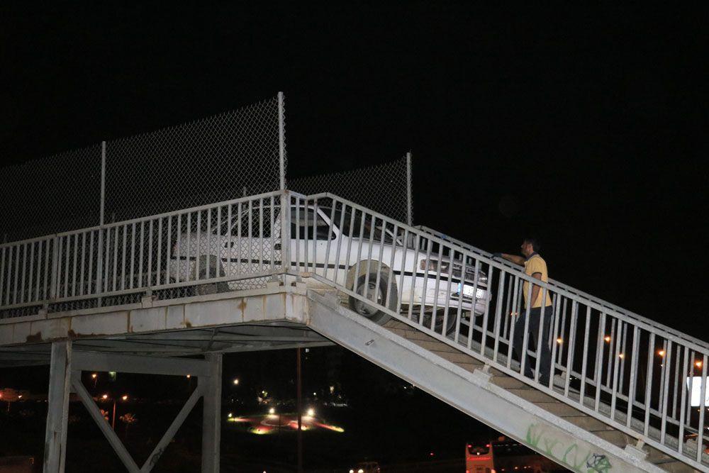 Adana'da akılalmaz olay! Yaya köprüsünden otomobiliyle geçmeye çalıştı otomobil sıkışıp kaldı! video - Sayfa 1