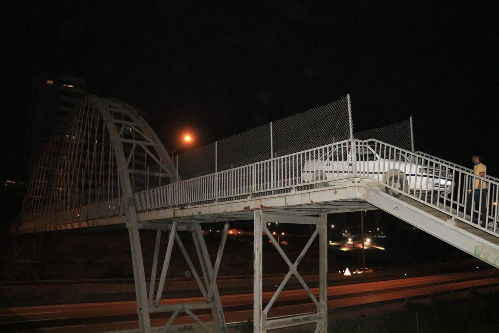 Adana'da akılalmaz olay! Yaya köprüsünden otomobiliyle geçmeye çalıştı otomobil sıkışıp kaldı! video - Sayfa 2