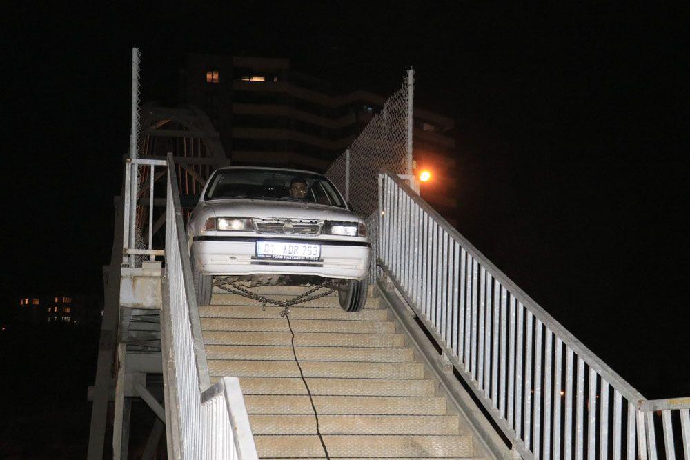 Adana'da akılalmaz olay! Yaya köprüsünden otomobiliyle geçmeye çalıştı otomobil sıkışıp kaldı! video - Sayfa 3