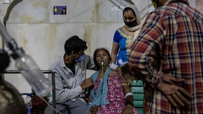 Hindistandan yürek yakan görüntüler! Anne, oğlunun cenazesini kendi taşıdı - Sayfa 1