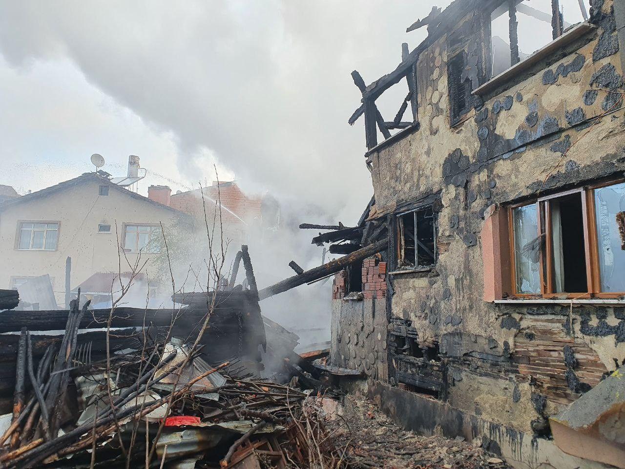 Kastamonu'd 4 evin kül olduğu yangının boyutu gün ağarınca ortaya çıktı! video izle - Sayfa 1