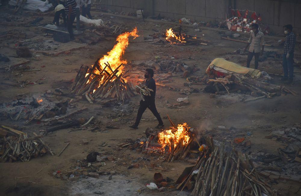 Hindistan'da koronadan ölenler toplu olarak boş arazilerde yakılıyor! Dehşet görüntüler! Video İzle - Sayfa 2