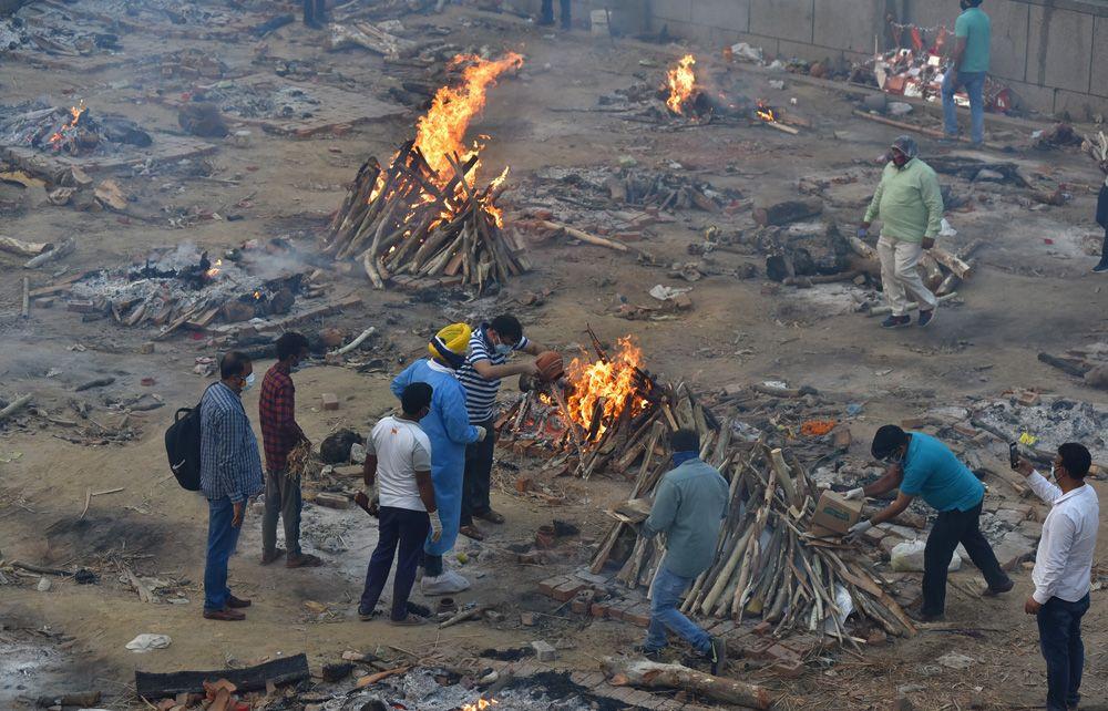 Hindistan'da koronadan ölenler toplu olarak boş arazilerde yakılıyor! Dehşet görüntüler! Video İzle - Sayfa 3