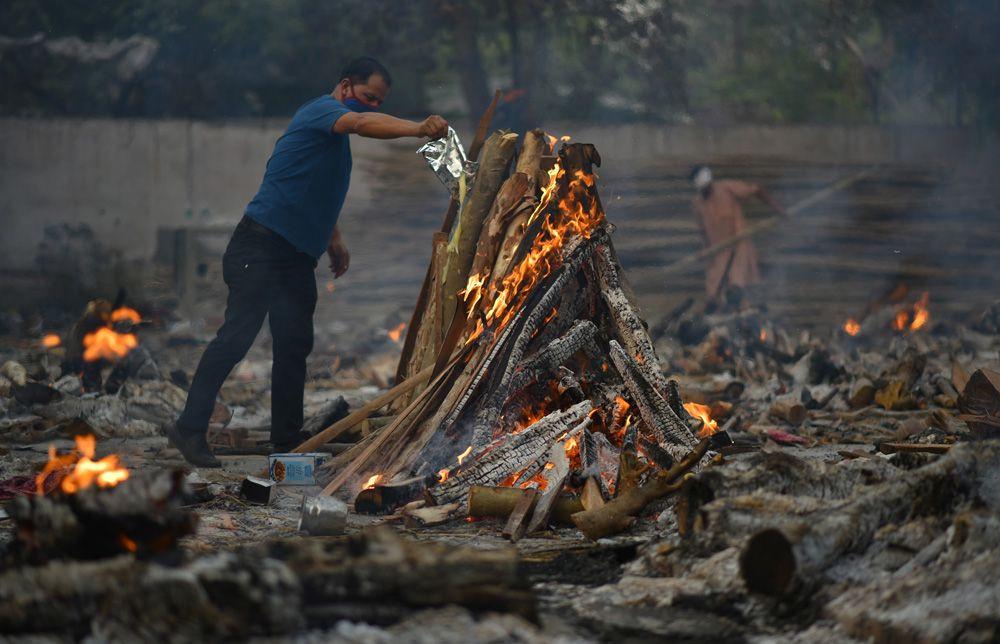 Hindistan'da koronadan ölenler toplu olarak boş arazilerde yakılıyor! Dehşet görüntüler! Video İzle - Sayfa 4