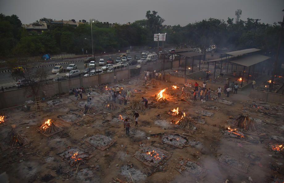 Hindistan'da koronadan ölenler toplu olarak boş arazilerde yakılıyor! Dehşet görüntüler! Video İzle - Sayfa 1