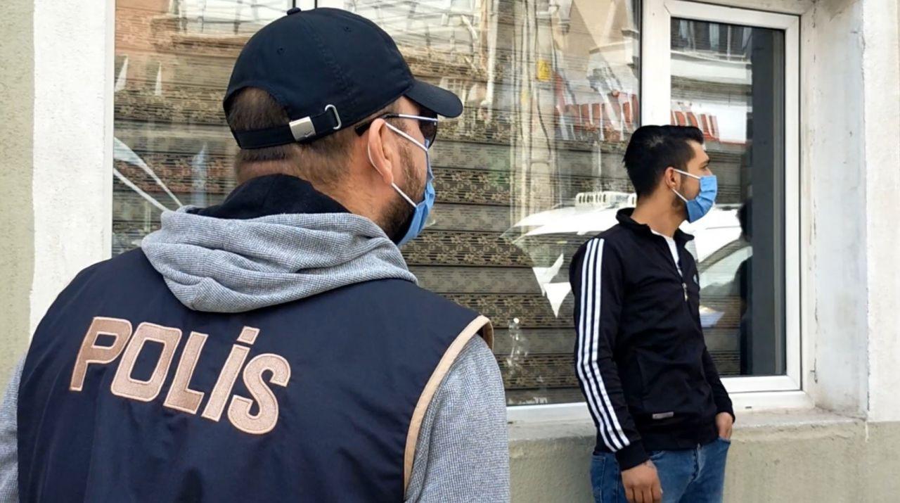 """Karantina firarisi markete giderken polislere yakalanınca """"Artık ekmek de yemeyeceğim"""" dedi! video - Sayfa 1"""