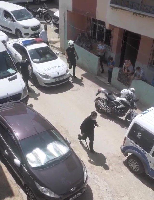 Taşlı, sopalı kavgada sopasını kapan kavgaya koştu! Polis kavgayı güçlükle ayırabildi! video - Sayfa 3