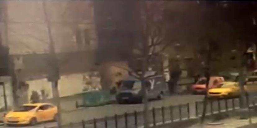 İstanbul'da silahlı çatışma anları kamerada: Çocuğunu bırakıp böyle kaçtı - Sayfa 1