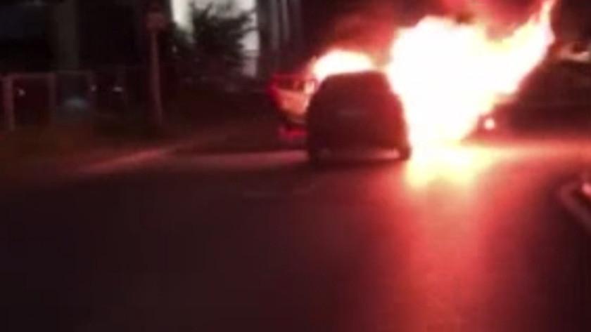 İsrail Konsolosluğu önünde arabalarını ateşe verdiler