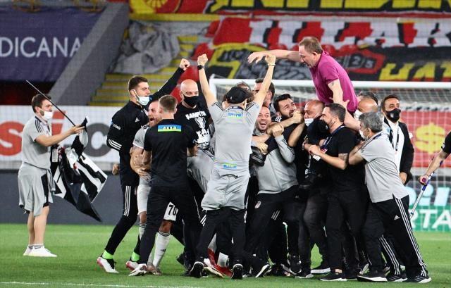 Futbolcular Sergen Yalçın ile Ahmet Nur Çebi'yi sırtladı - Sayfa 1