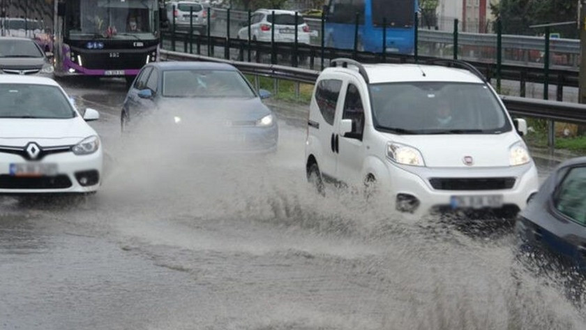 İstanbul sağanak yağışa teslim oldu! Araçlar ilerlemekte güçlük çekti