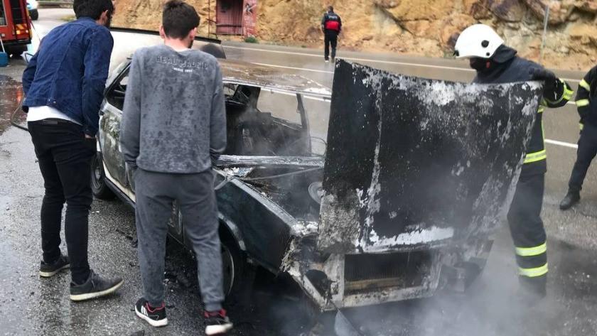 Artvin'de otomobil alev alev yandı