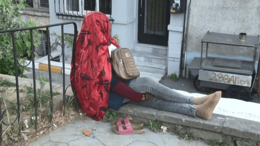 Afrikalı kadın, 5 gündür oturduğu duvardan kalkmadı!