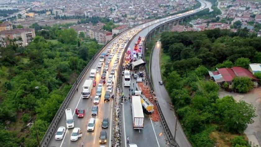 TEM'de korkunç kaza! 20'den fazla araç birbirine girdi