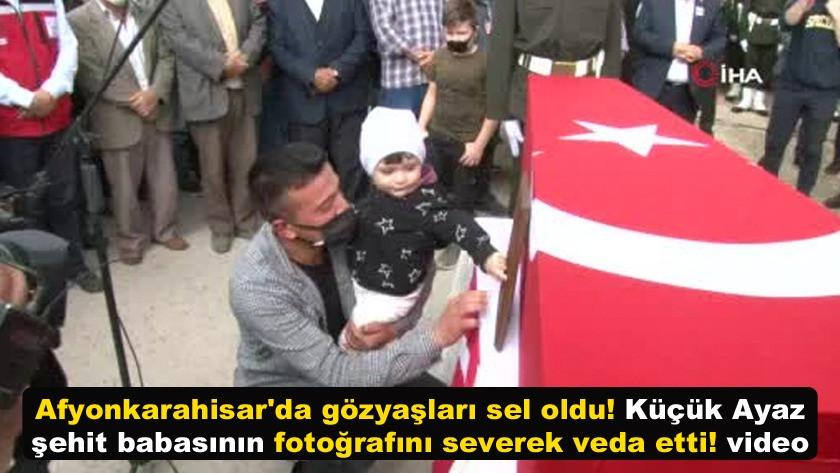 Küçük Ayaz kahraman şehit babasının fotoğrafını severek veda etti!