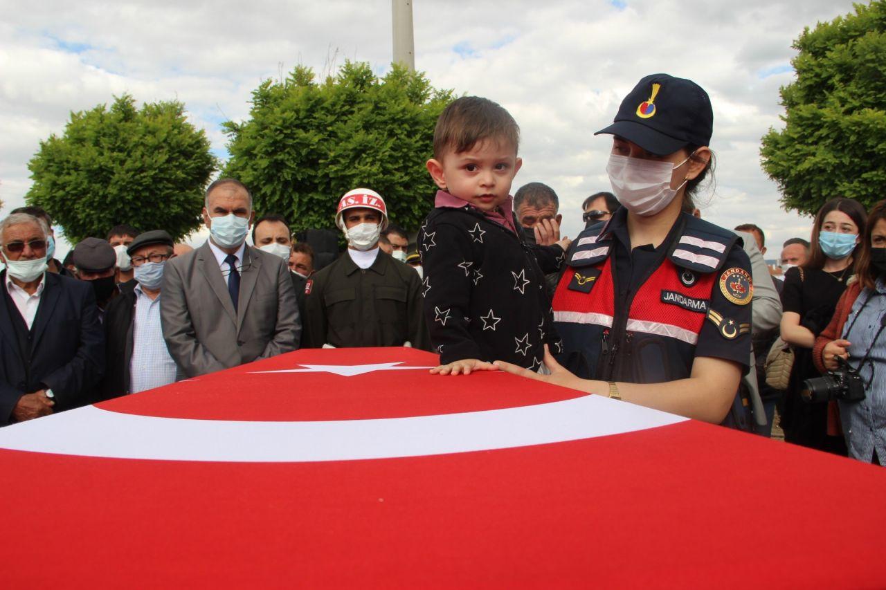 Afyonkarahisar'da gözyaşları sel oldu! Küçük Ayaz şehit babasının fotoğrafını severek veda etti! - Sayfa 1