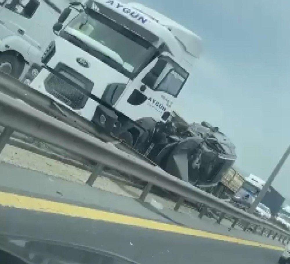 Hadımköy TEM Otoyolu İstanbul istikametinde TIR ile otomobil çarpıştı. - Sayfa 2
