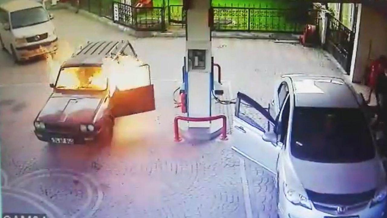 Akaryakıt istasyonunda alev topuna dönen otomobilden alevlerin arasından böyle çıktı! video - Sayfa 1