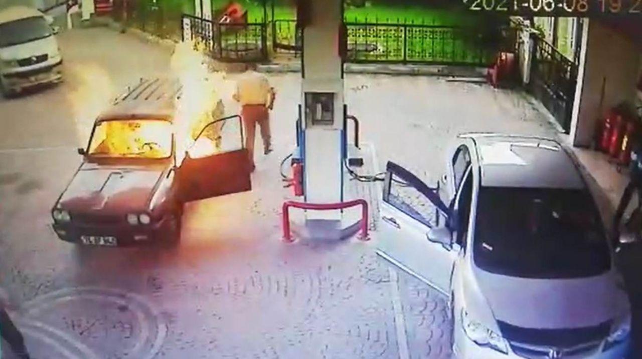 Akaryakıt istasyonunda alev topuna dönen otomobilden alevlerin arasından böyle çıktı! video - Sayfa 4
