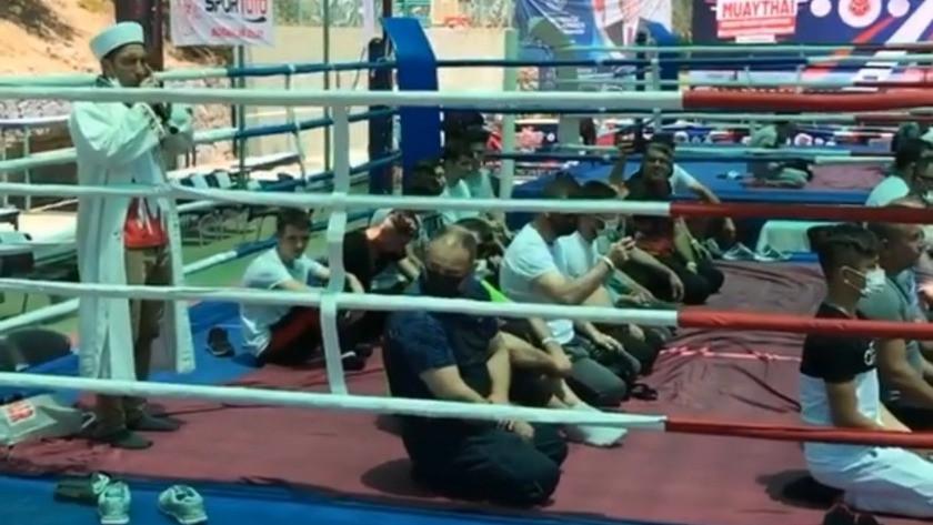 Muay Thai sporcuları ringde cuma namazını kıldı! video izle