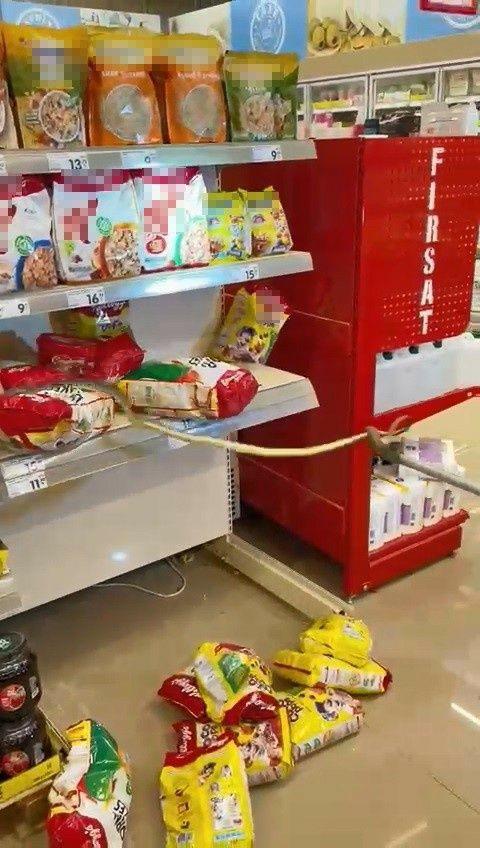 Kocaeli 'de alışveriş için gittikleri markette rafların arasından yılan çıktı! - Sayfa 1
