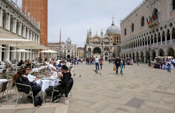 Dünya 25 yaşındaki İtalyan kadının peşine düştü! Sıfırıncı hasta o mu? - Sayfa 1