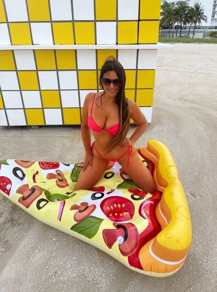 Model Claudia Romani'den  seksi pizzalı kutlama pozları! - Sayfa 2