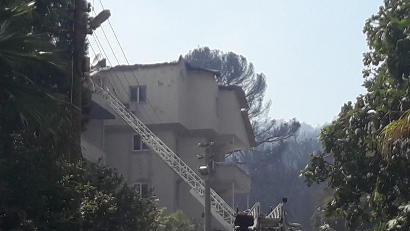 Marmaris'te çıkan yangında iki ev zarar gördü