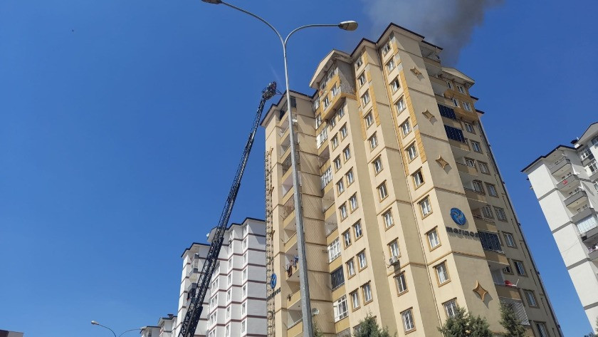 Gaziantep'te 11 katlı binanın çatı katı alev alev yandı