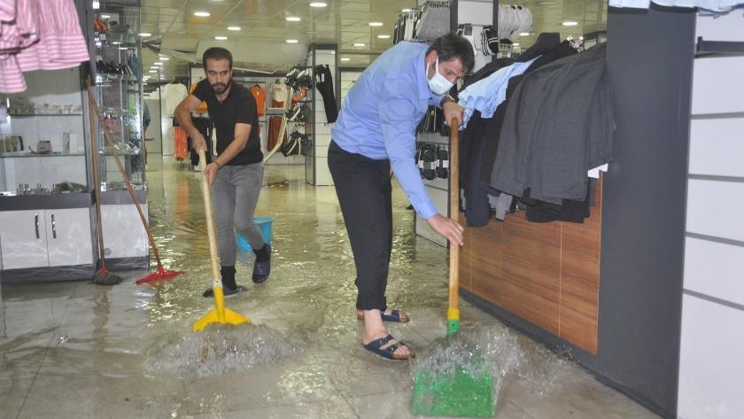Yüksekova'da iş yerlerini su bastı!