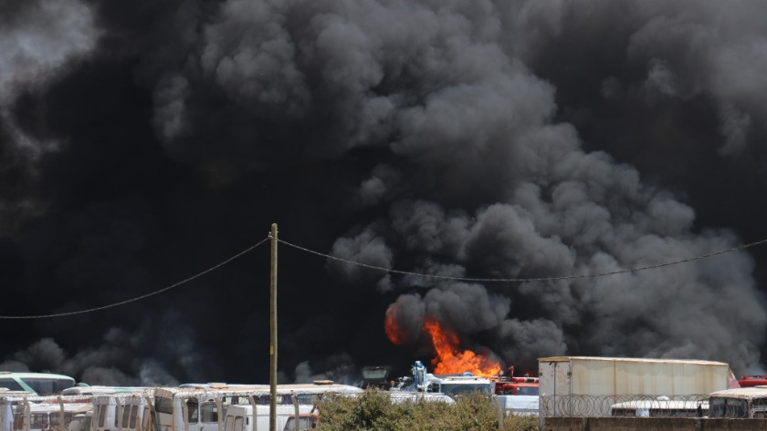 Korkutan yangın! Araçlar tek tek patlayarak yanıyor