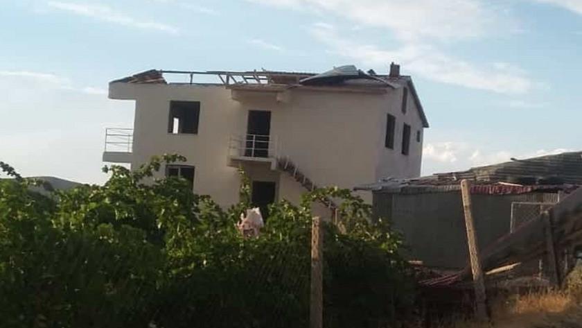 Elazığ'da sert rüzgar! Bir çok evin çatısı uçtu!