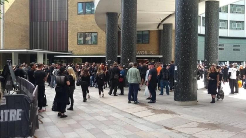 İngiltere'de aşı karşıtları olay çıkarttı!BBC binasını basmaya çalıştı