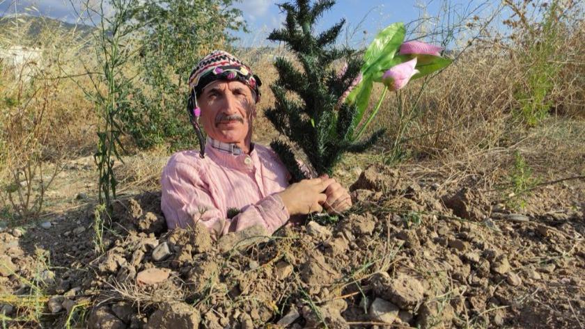 Ünlü tiyatrocu toprağı kazıp kendini diri diri gömdü