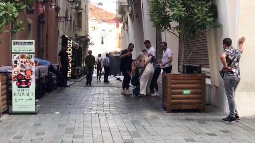 Taksim Meydanında kadınların saç başa kıskançlık kavgası kamerada