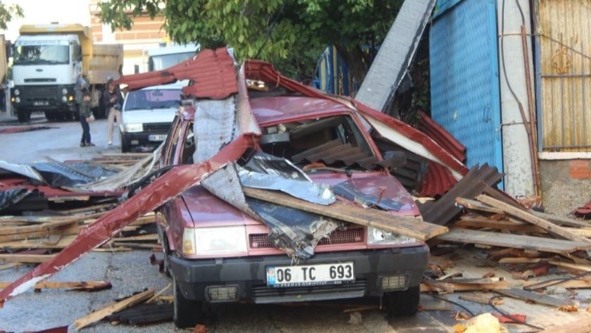 Ankara'nın Akyurt ilçesinde şiddetli fırtına 3 binanın çatısını uçurdu
