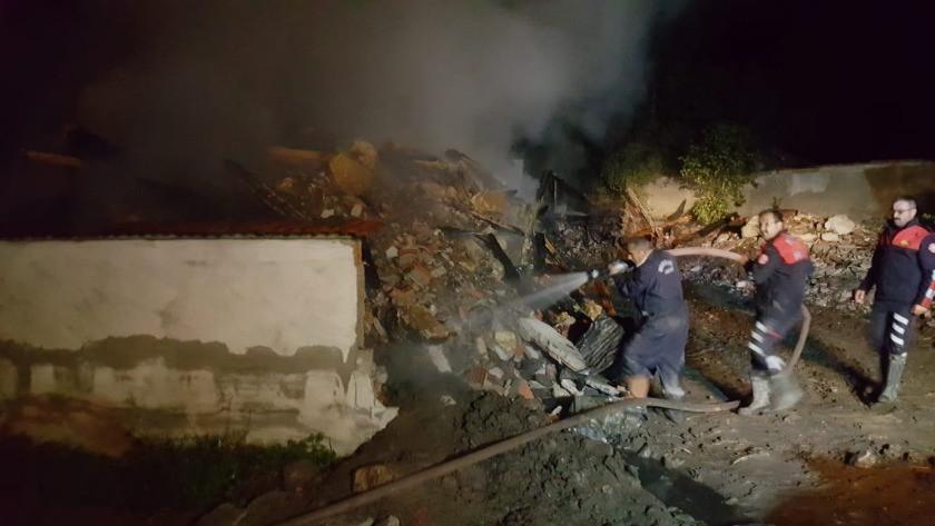 Kastamonu'da yangın! 2 katlı ev, ahır ve samanlık küle döndü!