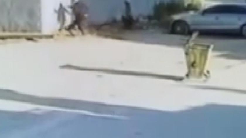 Kız kardeşinin videosunda gördüğü arkadaşını tekme tokat dövdü