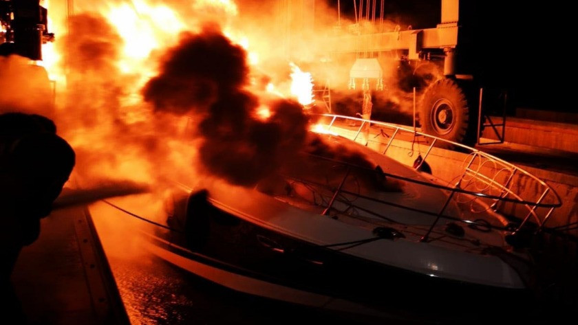 Fethiye'de kıyıya bağlı fiber tekne, alev aldı!