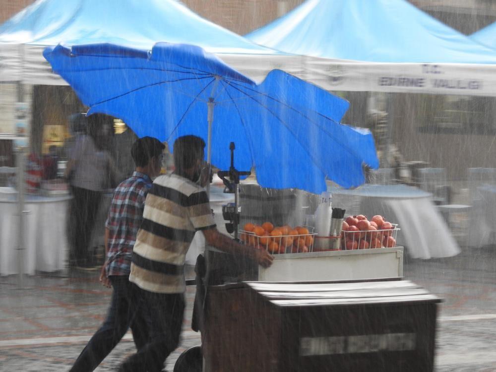 15 dakikalık fırtına ve yağış yetti, vatandaşlar kaçacak yer aradı - Sayfa 1