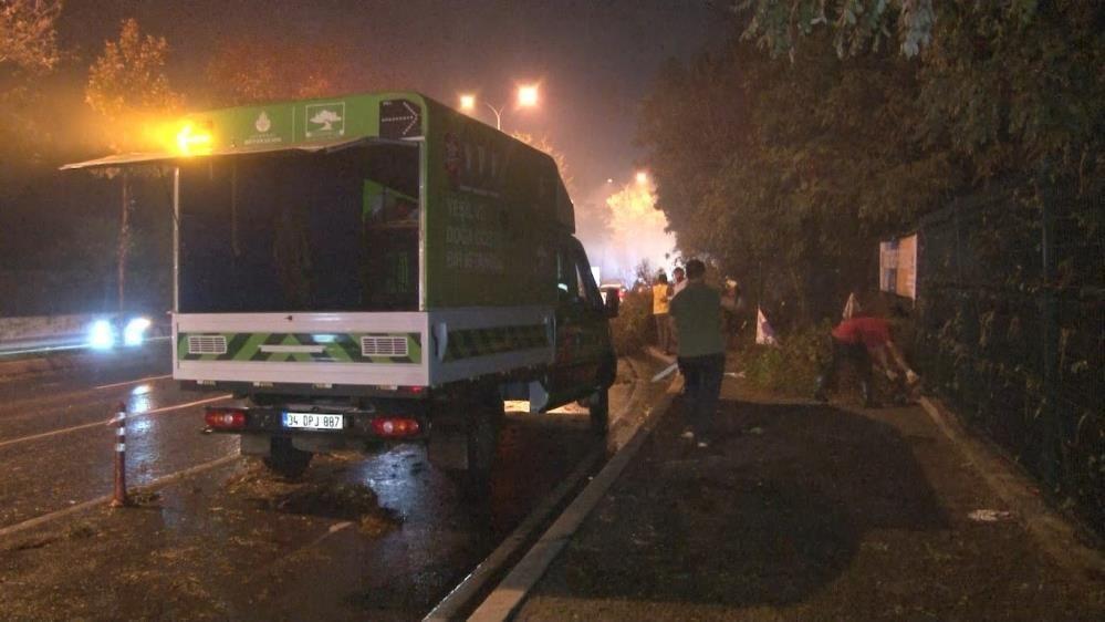 İstanbul'u fırtına ve yağmur fena vurdu! Ağaçlar gövdesinden kırılarak yola devrildi - Sayfa 1