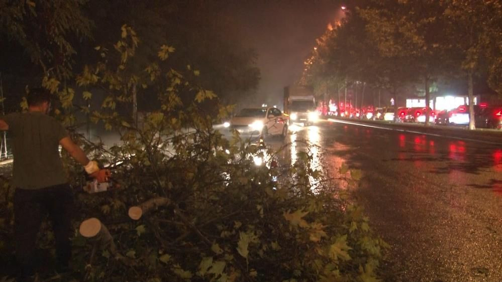 İstanbul'u fırtına ve yağmur fena vurdu! Ağaçlar gövdesinden kırılarak yola devrildi - Sayfa 4