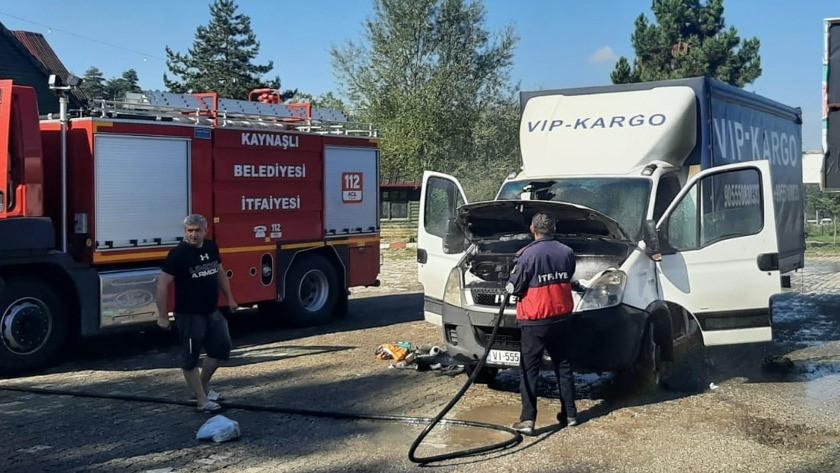 Seyir halindeki kamyonette kokutan yangın